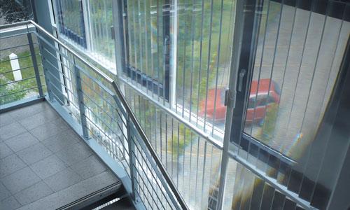 דוגמא להתקנה של הוילון החדשני- Plexi Light במבנה ציבורי.