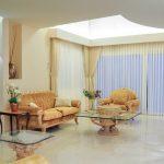 צילום מרחב פינת ישיבה וסלון עם וילון